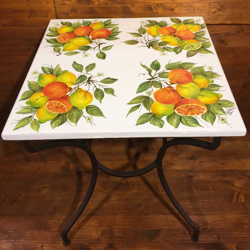 schmiedeeisen tisch dekoriert mit orangen und zitronen garda ceramiche. Black Bedroom Furniture Sets. Home Design Ideas