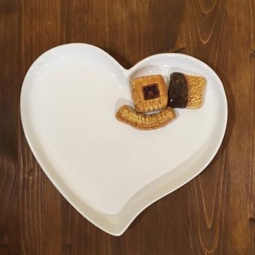 Herzförmiger Teller mit Keksen
