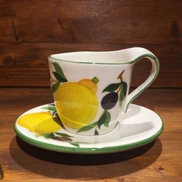 Tasse Capuccino Tee Zitrone und Oliven