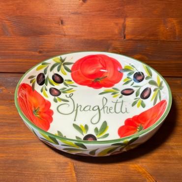 Runde Spaghetti-Schüssel mit Tomaten und Oliven dekoriert