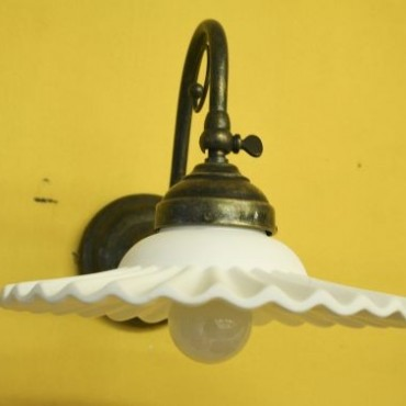 Applique con piatto bianco base in fusione di ottone