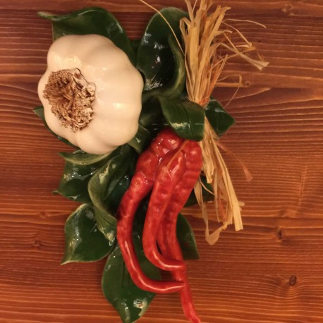 Knoblauch Peperoni Ranke mit Stroh